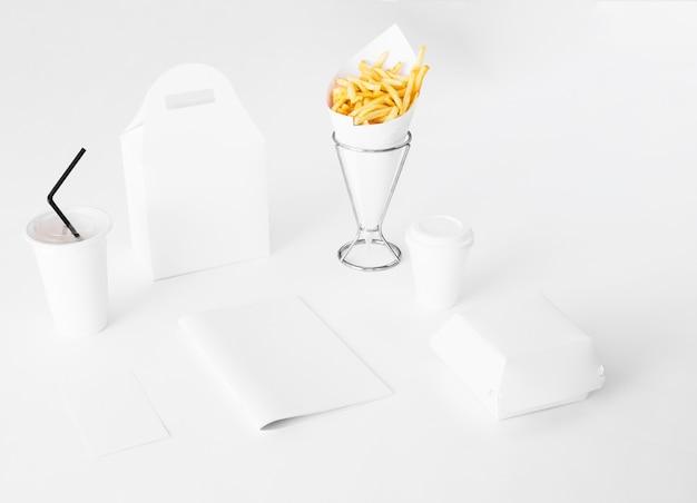 Fast-food-papierverpackung auf weißem hintergrund