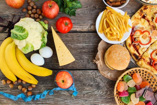 Fastfood und gesundes essen, ansicht von oben