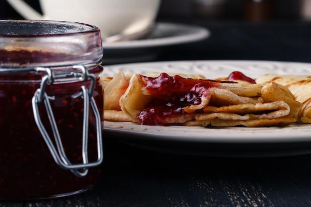 Fastnachtskonzept, pfannkuchen mit süßer beerenmarmelade