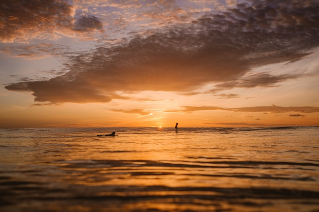 Faszinierende ansicht der bunten morgendämmerung über dem ruhigen ozean in den mentawai-inseln, indonesien