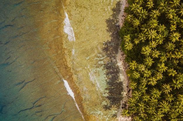 Faszinierende ansicht der küste mit weißem sand und türkisfarbenem klarem wasser in indonesien