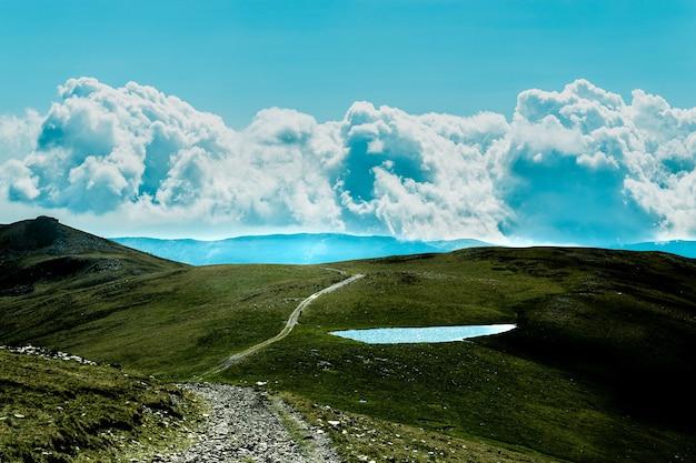 Faszinierende ansicht des drei-gipfel-hügels unter einem bewölkten himmel in argentinien
