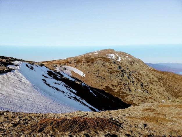 Faszinierende ansicht des penalara-berges in spanien bedeckt mit schnee an einem sonnigen tag