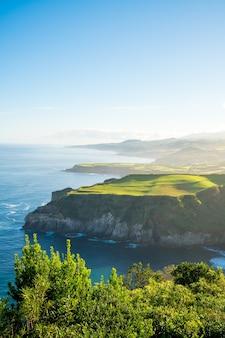 Faszinierende aufnahme einer wunderschönen meereslandschaft auf den azoren, portugal