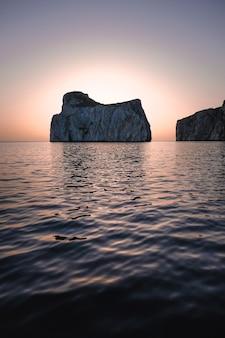 Faszinierende aufnahme einer wunderschönen meereslandschaft und riesiger felsen