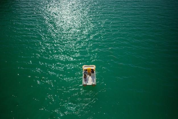 Faszinierende aufnahme eines paares, das durch die gorges du verdon in frankreich segelt