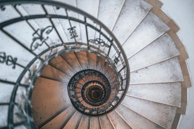 Faszinierende aufnahme von runden weißen treppen