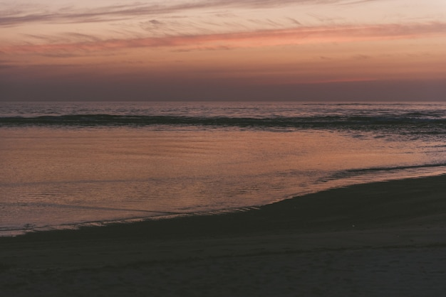 Faszinierende aussicht auf das meer und den strand während des sonnenuntergangs