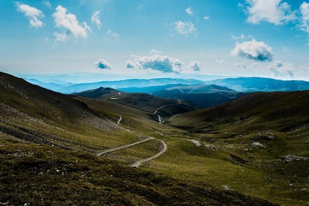Faszinierende aussicht auf den three peaks hill bei bewölktem himmel in argentinien