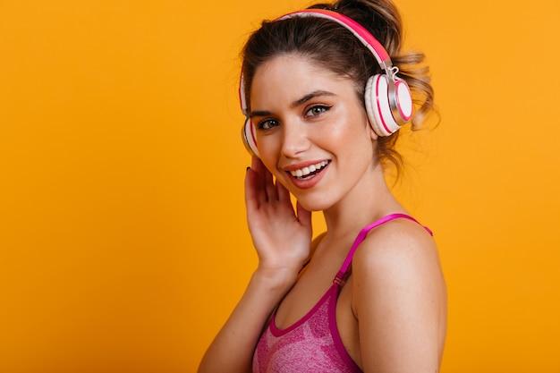 Faszinierende fitnessfrau, die musik hört