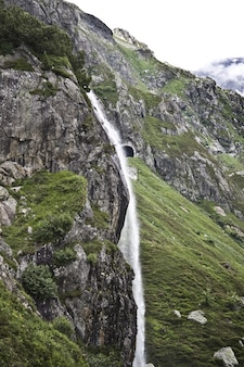 Faszinierende landschaft des schönen wasserfalls zwischen den felsigen bergen