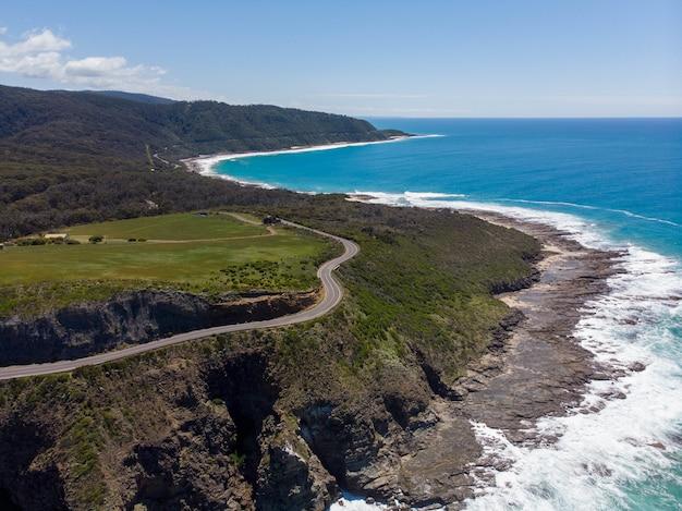 Faszinierende landschaft eines schönen strandes mit blauem himmel