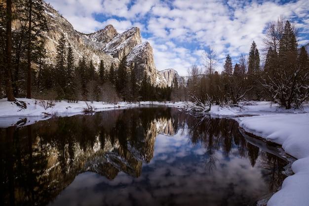 Faszinierende landschaft eines spiegelbildes der schneebedeckten felsigen berge im see