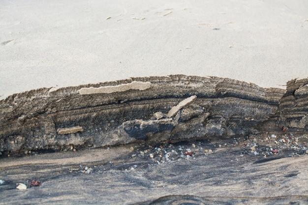 Faszinierende muster aus schwarzem und weißem sand.