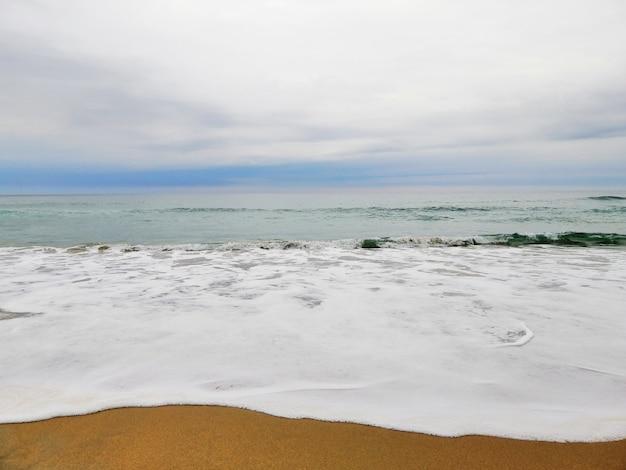 Faszinierender sonnenaufgang über dem sandstrand im ferienort san sebastian, spanien