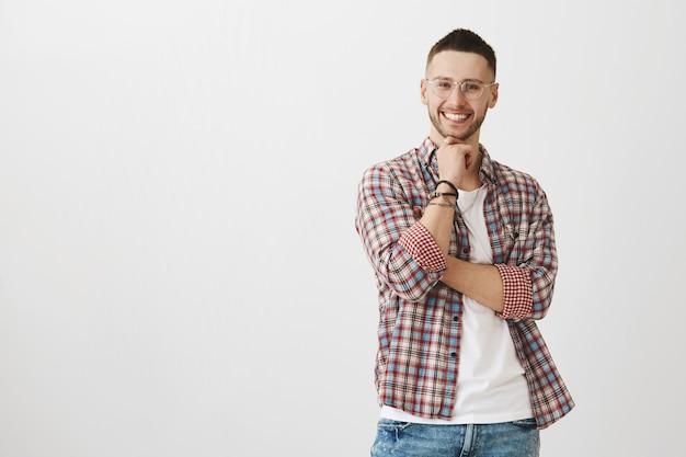 Faszinierter junger mann posiert