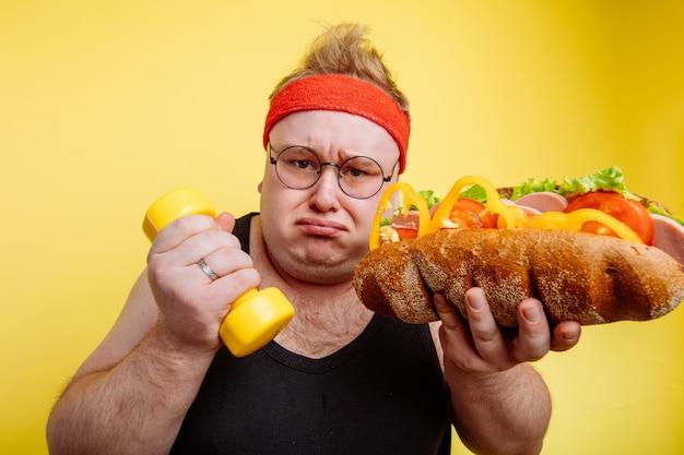 Fat man wahl zwischen sport und fast food