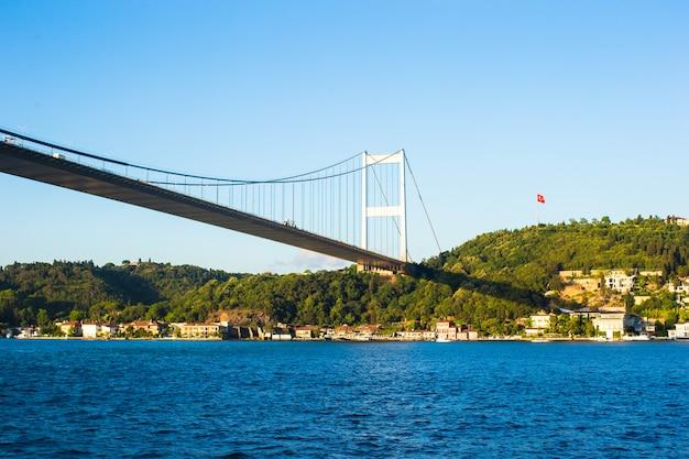 Fatih sultan mehmet bridge über der bosphorus-straße in istanbul, die türkei.