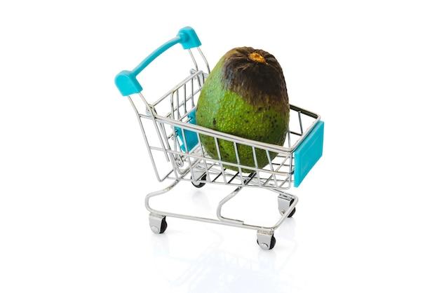 Faule avocado in einem kleinen einkaufswagen