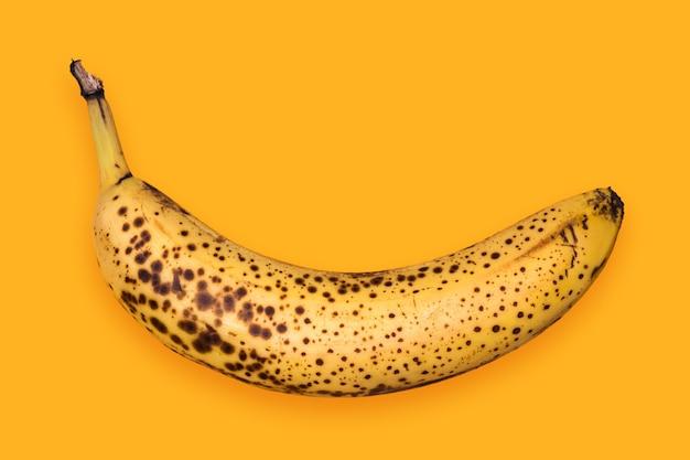 Faule banane isoliert auf gelb