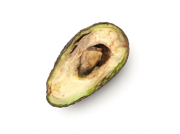 Faule überreife halbierte avocado isoliert auf weiß