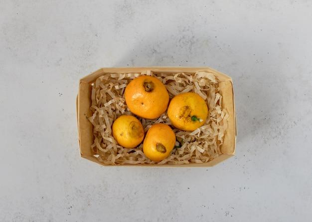 Faule, verdorbene, schimmelige mandarinen, zitrusfrüchte in einem korb.