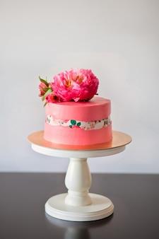 Faultline-kuchen dekoraited zuckerpapier und rosa pfingstrose