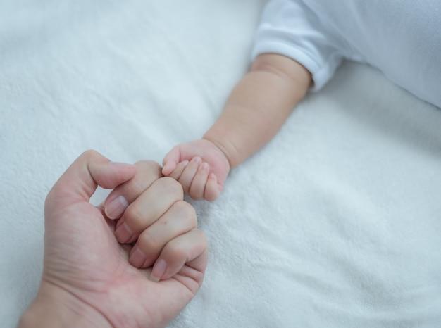 Fauststoß oder knöchelstoß zwischen vater und baby.