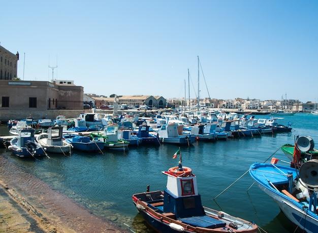 Favignana hafen mit fischerbooten in sizilien