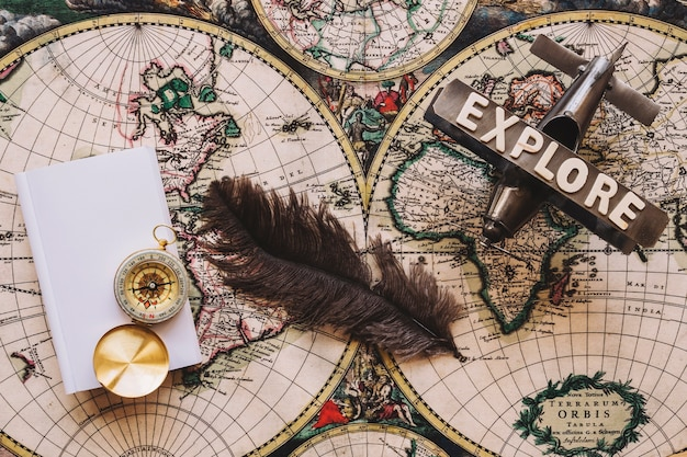 Feder zwischen kompass und flugzeug