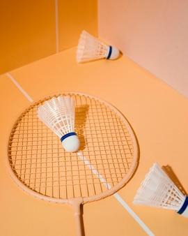 Federbälle und badmintonschläger