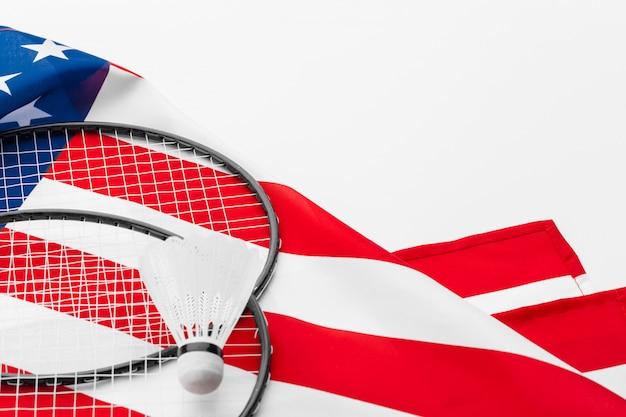 Federballschläger und federbälle auf usa-staatsflagge