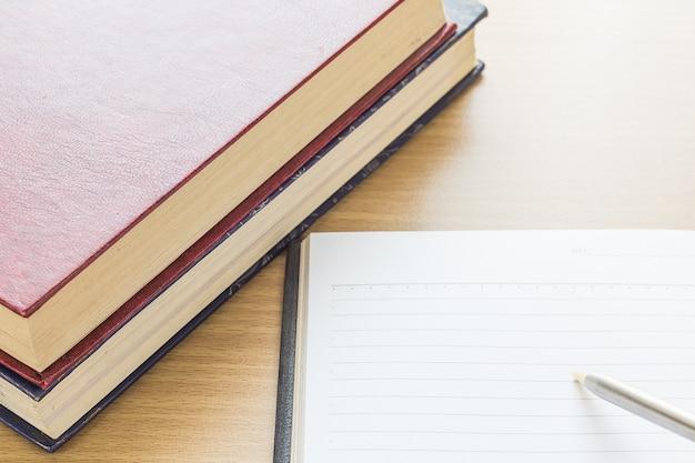 Federschreiben auf leere leerseite des notizbuches