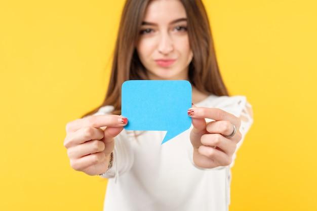 Feedback-konzept. bewertungsumfrage. junge attraktive frau, die sprachblase mit kopienraum hält.
