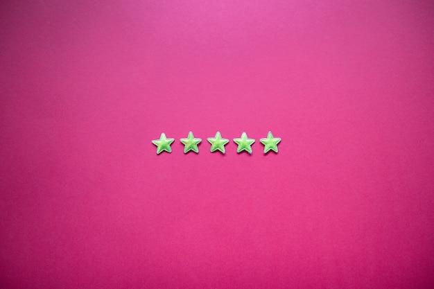 Feedback mit fünf sternen an der tafel. service-rating, zufriedenheitskonzept
