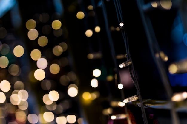 Feenhaftes licht gegen goldenen bokeh-hintergrund