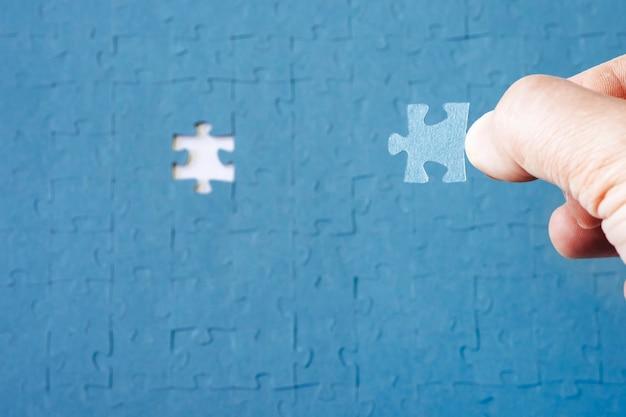 Fehlende puzzleteile. unternehmenskonzept. konzept, das eine lösung für ein problem sucht. das fehlende rätsel. abschluss der aufgabe. konzept zur lösung eines komplexen problems.