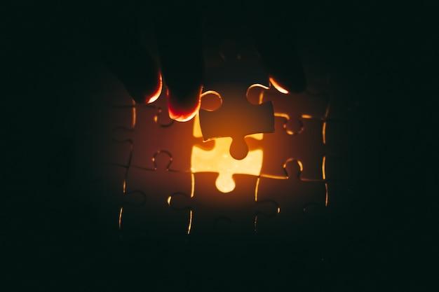 Fehlendes puzzlestück mit hellem glühen