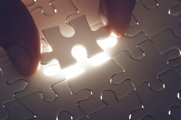 Fehlendes puzzleteil mit leichtem glühen