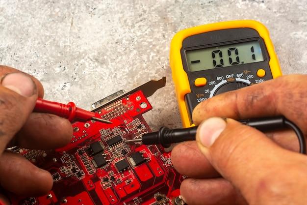 Fehlerbehebung mit einem multimeter. überprüfen von mikroschaltungen. reparatur von geräten.
