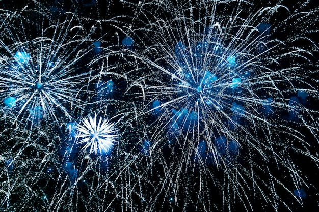 Feier der feuerwerke des neuen jahres, bunte feuerwerke im himmel