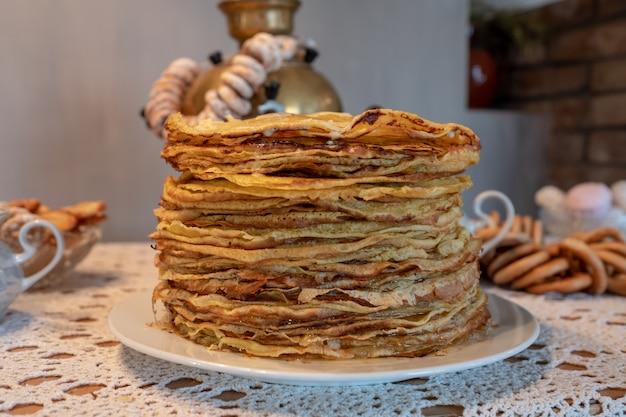 Feier der maslenitsa mit pfannkuchen und tee aus einem samowar