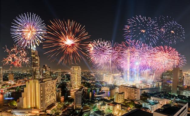 Feier des tages des neuen jahres mit bunten feuerwerken auf chao phraya-flussufer mit iconsiam-gebäudemarkstein von bangkok