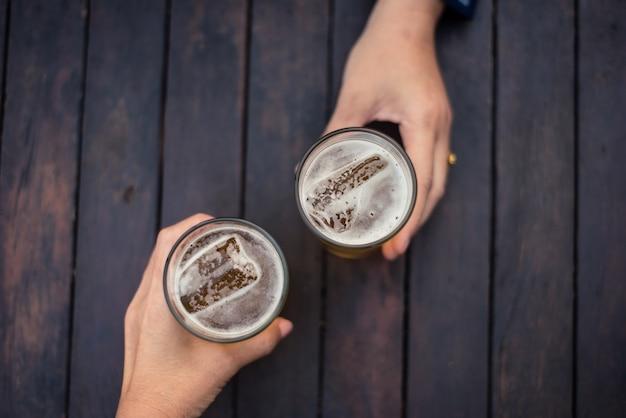 Feier einer glücklichen zeit mit bier genießen