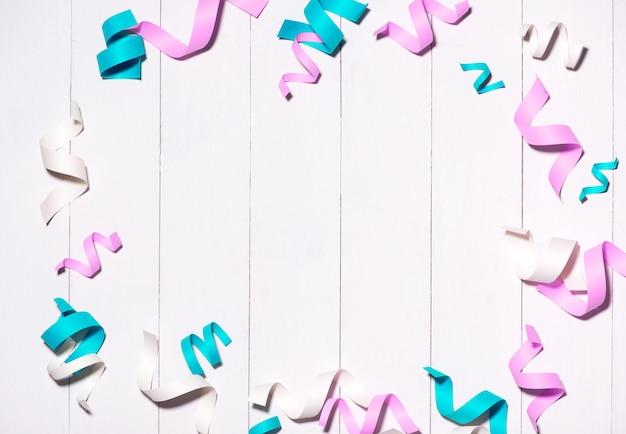 Feier flach mit bunten partyartikeln auf holzhintergrund.