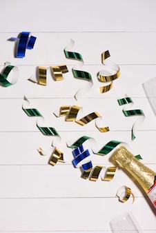 Feier flach. sektflasche mit exemplar auf holzuntergrund