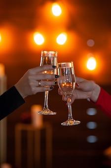 Feier. leute, welche die gläser champagner einen toast machend halten