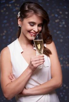Feier mit einem glas champagner