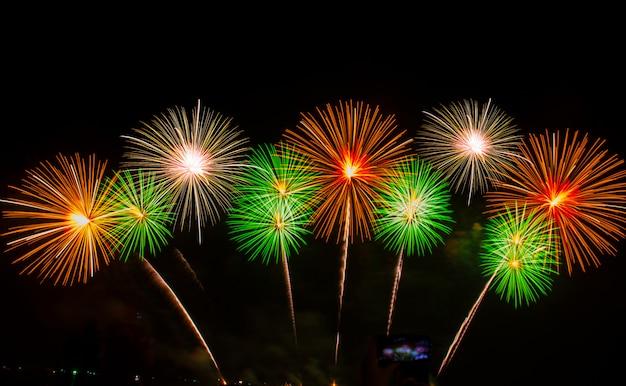 Feier mit feuerwerk in der nacht