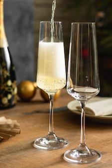 Feier mit zwei champagnergläsern auf dem tisch
